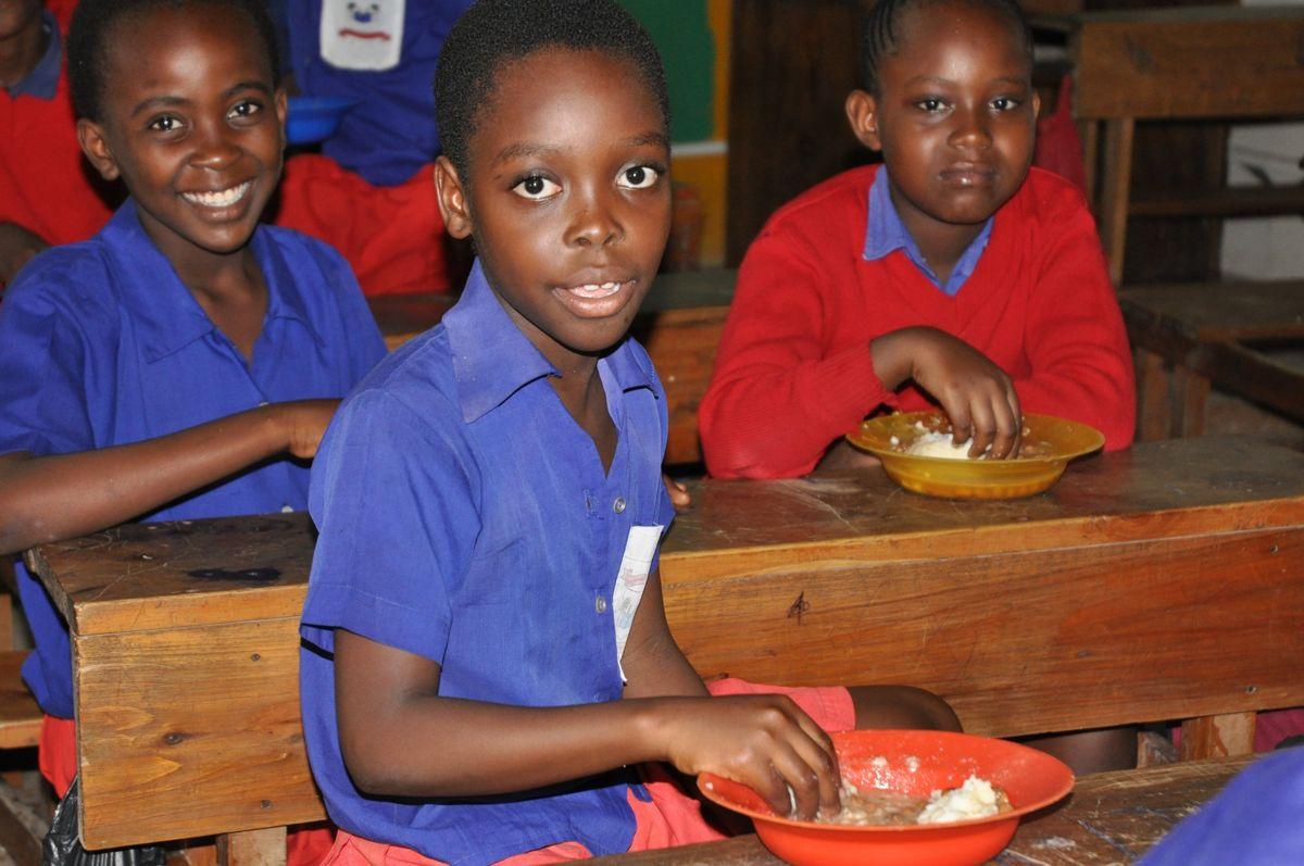 15 Jahre Fumathoka Kenia - Schulalltag mit Essen
