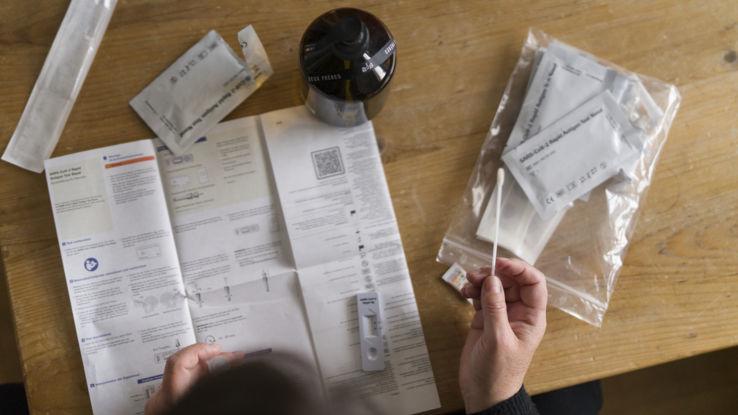 Corona Selbsttests sind in Schweizer Apotheken verfügbar.